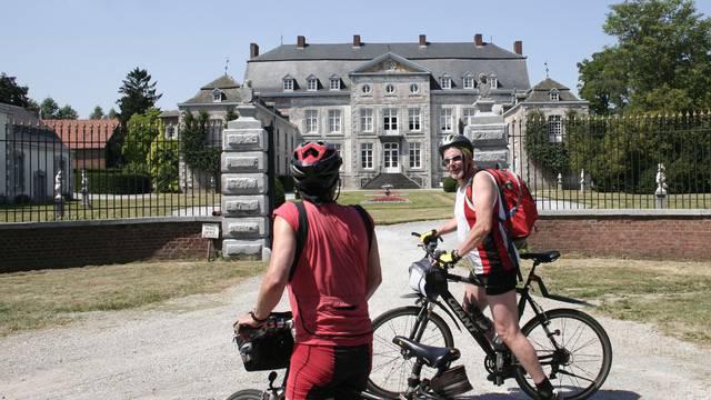 Deux cyclistes devant le château de Waleffe